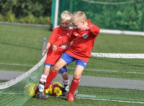 KJEMPET: Andreas Sørlie og Jonathan Sørensen utkjempet en tøff kamp for å stjele flest mulig fotballer fra hverandre.