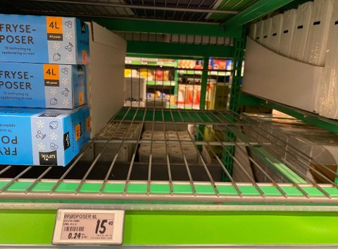 TOMME HYLLER: I mange butikker er det tomt for flere typer brødposer.
