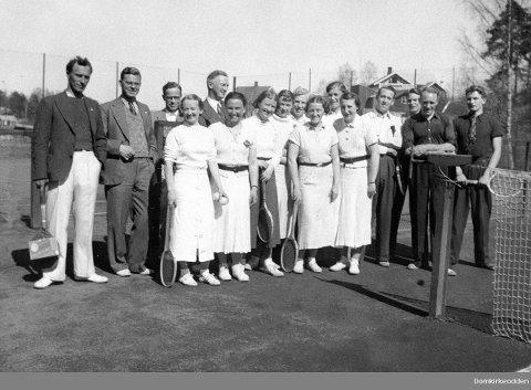 LANG HISTORIE: Tennisen i Hamar har en historie som strekker seg tilbake til 1903. Dette bildet er fra åpningen av tennisparken.