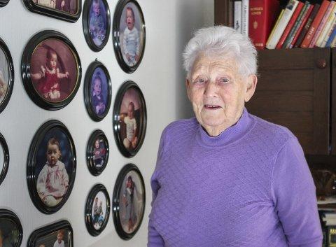 Familieveggen: Ruth Fosse har alle dei ti barnebarna og dei 18 oldebarna på veggen. - Uansett kor mange dei blir, hugsar du på alle, seier ho.