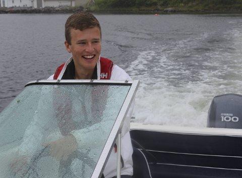 FART OG SPENNING: Petter Rasmussen (19) ser frem til å bruke båten mye i sommer. Foto: Anne Harris-Christensen