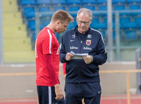 BENKES: Alexander Søderlund, er i samtale med Norge-sjef Lars Lagerbäck.