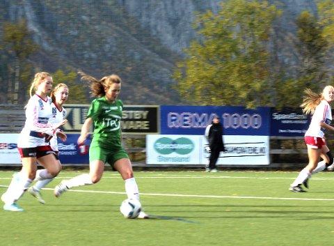 16 SPILLERE: I fjorårets siste kamp (bildet) mot Innstranden hadde Halsøy en tropp på 16 spillere. Kampen endte 1-1, og Halsøy tok 21 poeng og havnet på 4. plass i HÅNO-serien.  FOTO: STINE SKIPNES