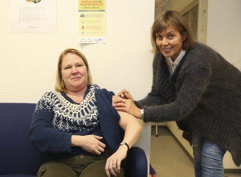 Godt tilbud: Jordmor Outi Gunnari og helsesøster Rigmor Gaski Brevik er glad for det nye tilbudet mot livmorhalskreft. begge foto: Henriette Baumann sand