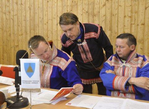 TRIO: Ordfører Johan Vasara (fra venstre), rådmann Kent Valio og varaordfører Anders S. Buljo i Kautokeino kommune kan registrere at den økonomiske situasjonen er blitt mye bedre i Kautokeino det siste året.