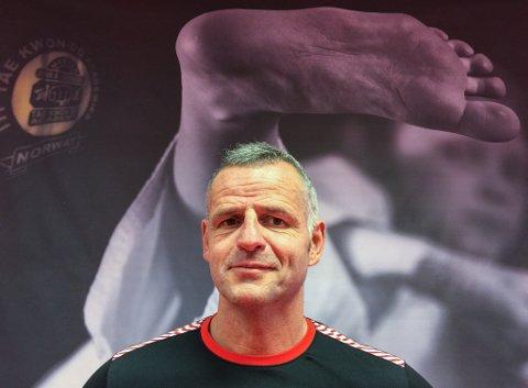 HOFTESPARK: - Jeg må få ei hofte som jeg kan sparke med, sier master John Arild Svensen.