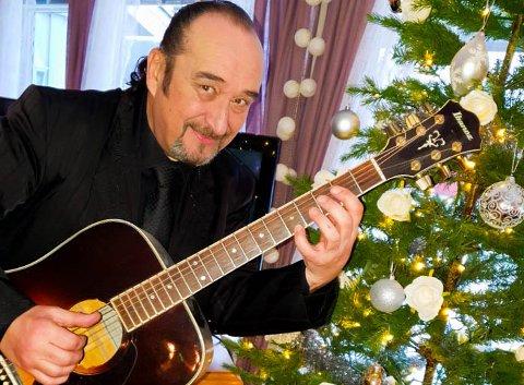 Steinar Albrigtsen har tatt fram gitaren for juletiden i Nissedal.