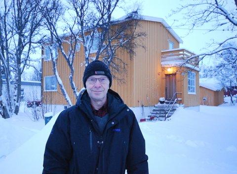 GRUNN TIL Å SMILE: Stein Vara bor alene i huset bak ham. Etter at han fikk installert vannmåler i 2018, har gebyrene falt dramatisk. Og det uten at han sparer på vannet.