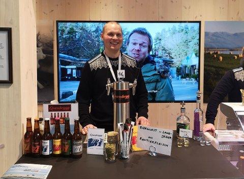 ØKER: På tross av at etterspørselen har sunket etter lokalbrygget øl i Vadsø, ser ikke Stian Feldt Didriksen og de andre i Qvænbrygg AS mørkt på fremtiden. Bildet er fra en matfestival i Tyskland i januar