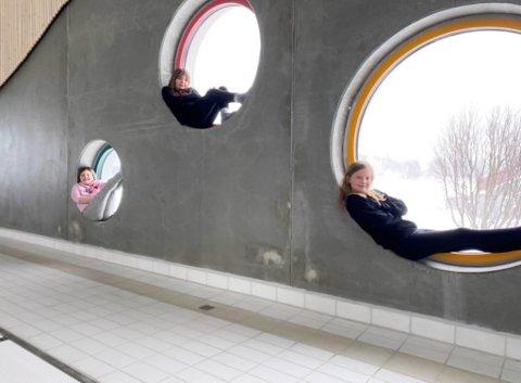 SJARMERTE OPPVEKSTSJEFEN: Berit Røstad, Lisa Kristiansen og Martine J. Kalvik har sendt en skriftlig søknad til oppvekstsjefen i Berlevåg. De vil teste bassenget først, før det åpner.