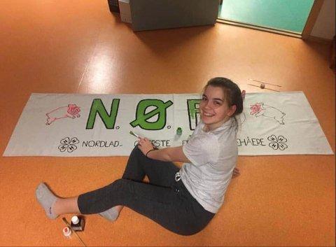 ENGASJERT: Natalie Temre Mathisen har trivdes som leder i Syv Søstre 4H.  Bildet er fra da hun laget banner for NØFF, som er alumnklubben i Nordland. Det er denne klubben hun skal fortsette i når hun er ferdig i Syv Søstre 4H.