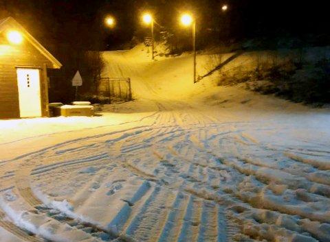 BILSPOR I SNØEN: Flere større biler tok seg søndag kveld inn i skiområdet i Botnemarka.