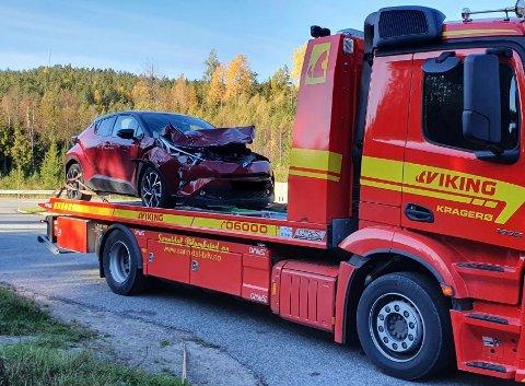 Bilen har tydelige skader etter møtet med elgen.
