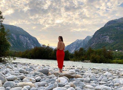 FILMINNSPELING: Brit Johanne Eide Landa (32) har nyleg spelt hovudrolla i den nye kortfilmen «Damen i den røde kjolen». Filminnspelinga gjekk føre seg ved Jostedalsbreen, og Brit Johanne karaktiserer det heile som ei fantastisk oppleving. (Foto: Fristad film)