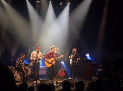KONSERT: Hele bandet fikk stå foran sammen med Odd Nordstoga og sole seg i glansen fra lyskasterne.