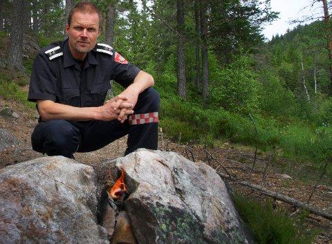BÅL: Forskriften som omhandler bålbrenning åpner for turbål når det åpenbart ikke kan forårsake brann. Husk også at forbudet ikke automatisk oppheves 15. september. Brannsjef Erik Rognli forteller om nye regler.