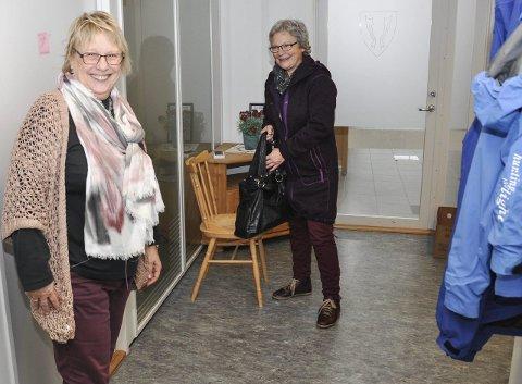 Full fart: Midlertidig leder Tove Laila Johansen snakker med Anne Wolden Haug, som er på full fart ut på et hjemmebesøk. Foto: Lise Fagerbakk