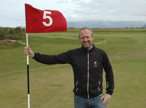 Golfhistorie: Frode Hov har all grunn til å glise. Lørdag ble en ny bariere brutt, da historiens første turnering på den nye 18-hullsbanen ble arrangert. Foto: Eirik eidissen