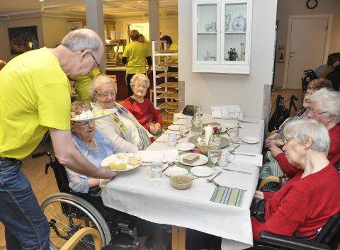 Nydelig mat: Gunnar Skoglund serverer damene rundt bordet. F.v. Else Johansen, Aud Valle, Solveig Bøe, Gunvor Pedersen, Ingeborg Rasmussen og Venche Broback. Foto: Lise Fagerbakk