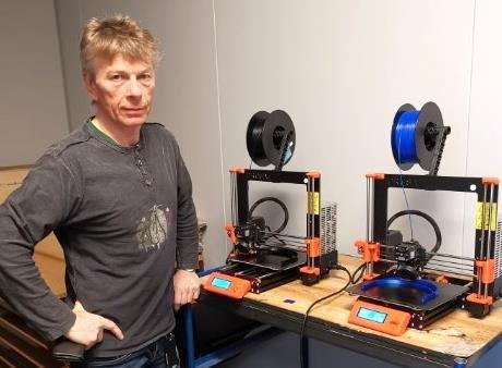 INSPIRERT: Harry Strøm ved Aust-Lofoten videregående skole produserer omlag 15 smittevernmasker om dagen. Alle foto: Nordland fylkeskommune