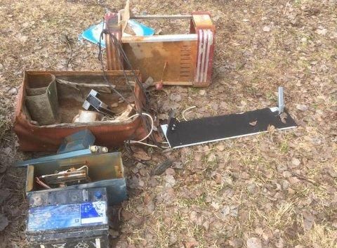 Et bilbatteri, og det som ser ut som rester av en gammel koffert og en brødrister. I alle fall er dette ting en helst ikke skal finne ute i naturen.