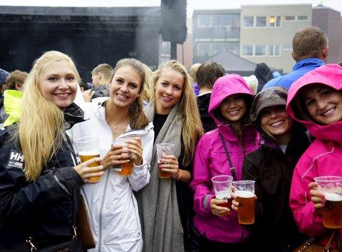 På byen: Helle Mai Hagen (f.v.), Ida Guttulsrød, Bettina Skaugen, Martine Bye, Katrine Gjerstad og Linn Skaugen var blant tilskuerne under konserten med Postgirobygget lørdag kveld.
