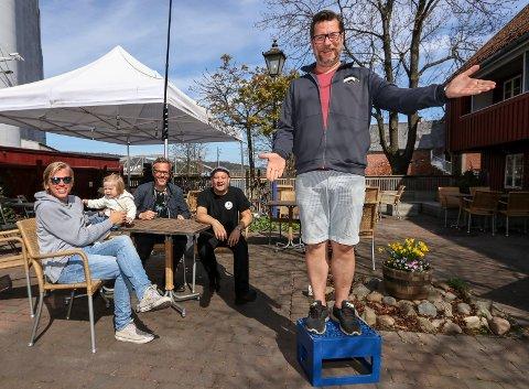 MOSSEPATRIOT: Ole Jacob Lindberg klemmer i vei med to nye runder av sommershowet «Bare Ole Jacob» i bakgården til Skarre øl & mat.