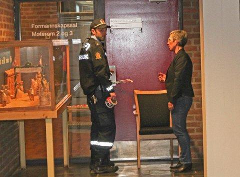 INNBRUDD: Orfører Hanne Tollerud tok imot politiet på Moss rådhus etter at det har vært innbrudd der. Politiet sperret av formannskapssalen med sperrebånd.
