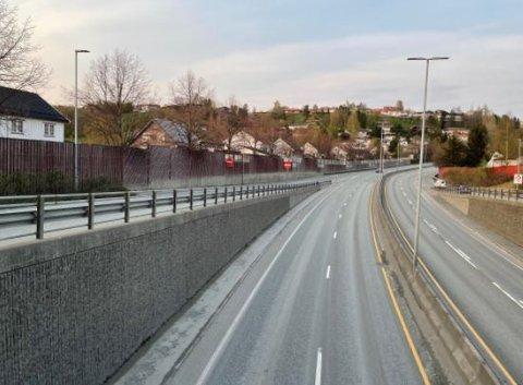 Støyskjermene langs E6 i Trondheim skal oppgraderes. Arbeidet starter tirsdag kveld.