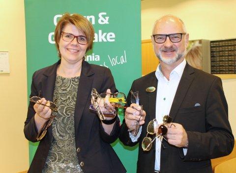 STØTTER: Frode Harwiss, butikksjef hos Specsavers på Manglerud senter, støtter Randi Clutch sitt arrangement med 25 kroner per brille.