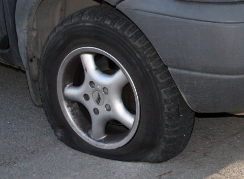 PUNKTERT: Tirsdag morgen ble det oppdaget hærverk i form av punkterte dekk på ni biler i Hallagerbakken. Illustrasjonsfoto/arkivfoto