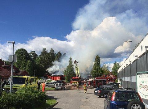 BRANN: Det brenner kraftig på Toppåsen skole. Foto: Aina Moberg