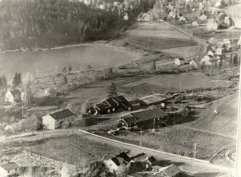 Høytliggende: Oppsal gård har røtter i vikingtida og het den gang Uppsalir, som betyr høytliggende gård. På 1920-tallet ble deler av Oppsal «villafisert». På dette bildet fra tidlig 1950-tall ligger Oppsal gård i front. Foto: Østensjø lokalhistoriske billedbase