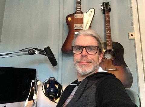 ROCKA HJEMMEKONTOR: Ved siden av å være gitarist og sanger i Black Debbath jobber Lars som rådgiver ved Universitetet i Oslo. Her ses han i hjemmekontorkoselige omgivelser på Ekeberg.