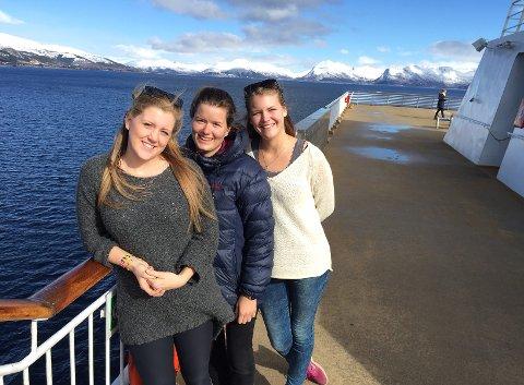 SÅ LANGT ALT GRATIS: Juliane Roland (t.v.), Elisabeth Helgøy og Johanne Ims skal reise fra Tromsø til Gvarv i Telemark uten å bruk én eneste krone på noe som helst. Snart er de i Svolvær.