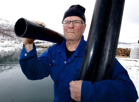 VEIDE RØRENE: Arnold Jensen veide rørlengdene og påviste betydelige forskjeller. – Plasten som blir frigjort som følge av slitasje havner i havet som mikroplast. Dette kan være en betydelig kilde til skadelig mikroplast i norske fjorder, mener Jensen. Foto: Ola Solvang
