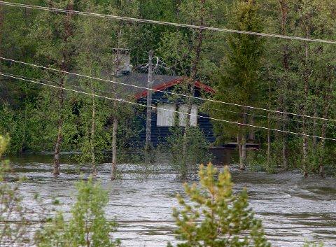 6. juni 2014 gikk flomvannet fra Reisaelva langt inn i skogen langs elvebredden. Ved denne hytta sto vannet helt opp til trappa. Foto: Ola Solvang