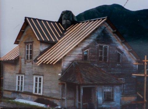 DET TRISTE HUSET: Huset ble reist i Ramfjord i 1897. Slik så det ut da Eva og Jan Birkelund kjøpte huset 100 år senere - før de satte igang et imponerende renoveringsprosjekt. Foto: Privat