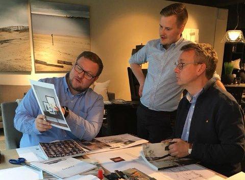 PÅ JOBB: Erlend Svardal Bøe (t.v.) og Morten Skandfer i full sving hos Kiil i Tromsø. Butikksjef Haakon Bredrup Jr. (bak) holder oppsyn.