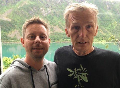 VILLE HJELPE: Helge Ekrem (t.h.) og svigersønn Ronny Enevoldsen var to av de første på stedet etter at et småfly måtte nødlande på Senja fredag. - Det kunne ha gått ille, sier Ekrem til Nordlys.