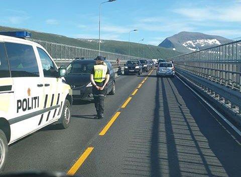 SKAPTE KØ: En bil mistet et hjul på Tromsøbrua lørdag.