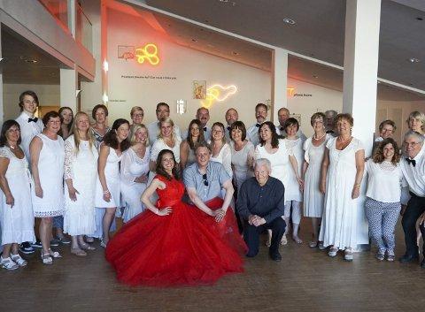 MYE KOR: Ringsakeroperaens kor og solist Gunda- Marie Bruce (i rødt) spilte en sentral rolle under konserten i Blackboxen i Gjøvik. Foto: Ringsakeroperaen