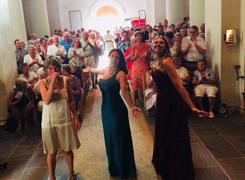 APPLAUS: Ann Toril Lindstad, Gunda-Marie Bruce og Lydia Bryngelsson fikk velfortjent applaus etter konserten.