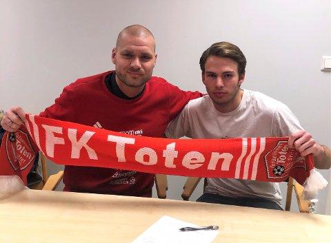 Stian Akernes (t.h) signerte for FK Toten på årets første dag.