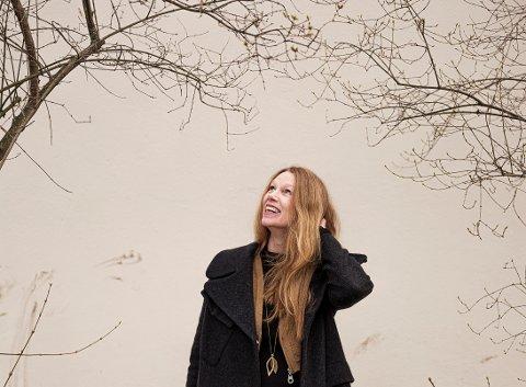 ROMANDEBUTERTE I FJOR: Hun har alltid skrevet, men ga ut sin første roman i fjor. Nå er Elin Tinholt tildelt kunsterstipend fra fylket for første gang.