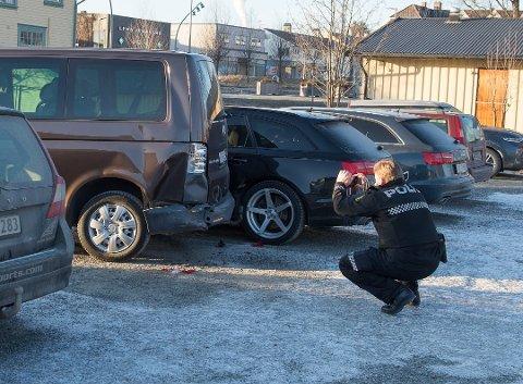 BILDER: Politiet var raskt på plass for å sikre seg bilder av skadeomfanget. Det lå karosserideler strødd på parkeringsplassen etter hendelsen.