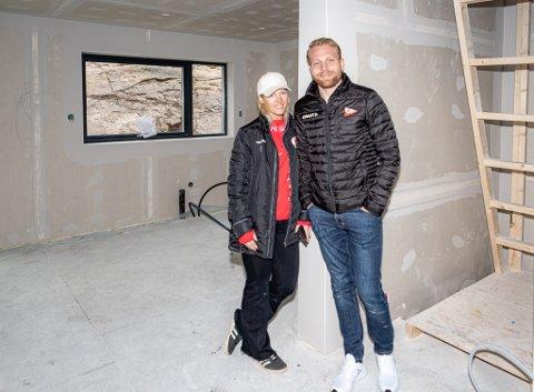 FBK-sjef Benedicte Frøland Nesdal og FFK-spiss Henrik Kjelsrud Johansen foran det som skal bli kjøkkenet i den nye boligen på Gluppe. Nå er paret godt etablert i Fredrikstad.