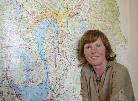 NYE GRENSER?: Anne-Marie Vikla hos Fylkesmannen er prosjektdirektør for kommunereformen. Når kommunene har sagt sitt, vil de tegne eget kart for Follo og sende Stortinget. Foto Kari kløvstad