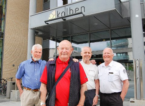 INITIATIVTAKERNE: - Han er sjefen, sier de andre om Hans Kummervold (rød genser), som har sittet som styreformann i Follo Seniorkester i 14 år siden starten for 15 år siden. Alle fire var med å starte orkesteret i 2006. De øvrige er (f.v.) Stein Høymork, Arild Holter og Per Kulsrud.