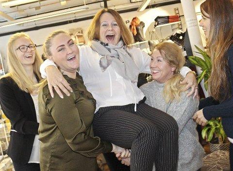 GODT ÅR: Linn Knutsen, Elisabeth Johnsen fra Skomagazinet, og Helle Svendsen og Lida Ali Hussein fra Junior kastet Marit Freitag i lufta i anledning 20-årsjubileet til Sirocco i 2016. I år kan Freitag være fornøyd med et godt økonomisk fjorår.